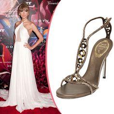 Mặc thiết kế trắng phủ gót của Emilio Pucci , cô gái tài năng vẫn không quên chọn giày dép kỹ lưỡng. Sandal Rene Caovilla hình chữ T, đính đá sang trọng ...