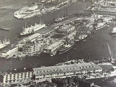 Luchtfoto KLM uit 1952 van de Rijnhaven met Hotel New York