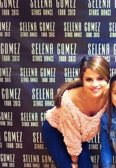 Selena Gomez (Such a cute blouse! Estilo Selena Gomez, Selena Gomez Outfits, Selena Gomez Pictures, Selena Gomez Style, College Hairstyles, Marie Gomez, Hollywood Celebrities, Pretty Woman, Hair Styles