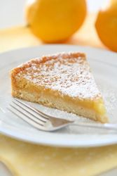 A delicious cake, topped with a delicious mix of lemon cream and almond cream, a delicious dessert. French Desserts, Köstliche Desserts, Delicious Desserts, Sweet Recipes, Cake Recipes, Dessert Recipes, Salted Caramel Tart, Desserts With Biscuits, British Baking