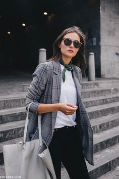 dress up a basic white tee with a blazer and a neck scarf - Work Outfits Women Look Blazer, Plaid Blazer, Casual Blazer, Blazer Dress, Casual Chic, White Blazer Outfits, Fall Blazer, Scarf Dress, Outfit Jeans