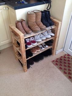 Home DIY pallet shoe rack! I made this out of pallets and a piece of fence post! Wood Shoe Rack, Diy Shoe Rack, Shoe Racks, Shoe Rack Plans, Industrial Shoe Rack, Diy Shoe Storage, Shoe Shelf Diy, Pallet Shelves, Woodworking Projects