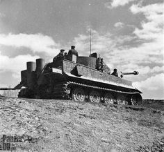 A late Tiger (H) on Eastern front, covered with anti-magnetic past (Zimmerit)…