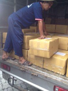 chuyển 2 tấn hạt điều rang muối từ xe tải vào container