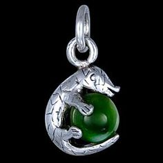 Silver pendant, cat's eye, crocodile Silver pendant, Ag 925/1000 - sterling silver. A crocodile clutching a cat's eye stone bead. Dimensions approx. 15x11mm.