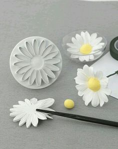 How to make a natural looking fondant daisy. - - How to make a natural looking fondant daisy. How to make a natural looking fondant daisy. Rose En Fondant, Fondant Icing, Fondant Toppers, Fondant Cakes, Sugar Paste Flowers, Icing Flowers, Fondant Flowers, Clay Flowers, Cake Decorating Techniques