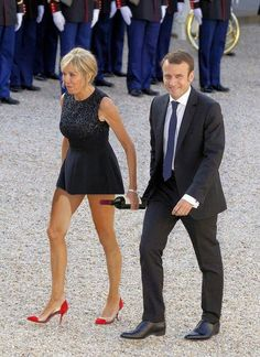 French Women Style, Classic Style Women, French Chic, Sexy Older Women, Sexy Women, Mature Women Hairstyles, French First Lady, Chic Over 50, Brigitte Macron