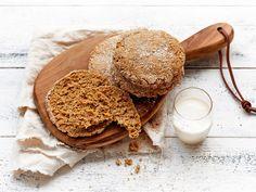 Näihin kauraleipäsiin käytetään  kauraa kolmessa eri muodossa. Rieskamaisesta ulkonäöstä huolimatta leipäset kohotetaan hiivalla ja niiden rakenne on mehukkaan ilmava. Leipänen kannattaa halkaista, jolloin rapeaa kuorta riittää useammalle.
