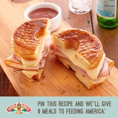 This is sooooo good. You need 2 glazed donuts, turkey, Swiss cheese, and cheddar cheese. Kitchen Recipes, Great Recipes, Cooking Recipes, Favorite Recipes, Land O Lakes Recipes, Good Food, Yummy Food, Wrap Sandwiches, The Best