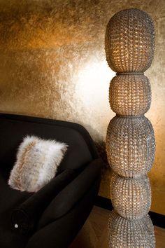 we do design.pl - Lifestyle Interior Design : Paris St Honore Sofa Favn, gold guilded wall, golden wall, mur doree, lampe en cristal, crystal lamp, lampa z kryształkow, złoto, złocona ściana