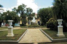 La Quinta de los Molinos está situada en los antiguos jardines botánicos de la Universidad de la Habana y fue la residencia del general dominicano Máximo Gómez, uno de los principales jefes militares durante las Guerras de la Independencia de Cuba.