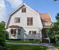 studio karin: FASAD TRÄVILLA - ISTÄLLET FÖR RÖTT MED VITA KNUTAR... 1930s House Exterior, Dutch Colonial, Yellow Houses, Swedish House, Little Houses, Home Fashion, House Rooms, My Dream Home, Beautiful Homes
