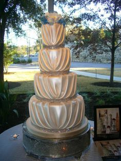 Wow, I love this. just not crazy about the topper. The cake is stunning