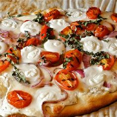 Flatbread Naan White Pizza, with Mozzerella and Goat Cheese, tommatoes basil and red onion! Pizza Naan, Flatbread Pizza Recipes, Naan Flatbread, Pizza Pizza, Caprese Pizza, Margarita Pizza, White Pizza, Health Breakfast, I Love Food