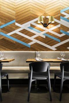 Nolita Trattoria. Textura gráfica conseguida pintando líneas en colores blanco y azul que se entrecruzan con la dirección de la madera en espiga. #Esmadeco.