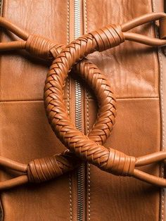 Saddle Leather Bag alas co gaveteiro Leather Art, Saddle Leather, Leather Design, Leather Tooling, Leather Purses, Leather Handbags, Leather Wallet, Leather Weaving, Denim Armband