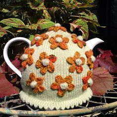 Craft a cure for cancer free tea cosy patterns: Flower tea cosies Tea Cosy Knitting Pattern, Tea Cosy Pattern, Knitting Patterns, Scarf Patterns, Knitting Tutorials, Knitting Ideas, Free Knitting, Knitted Tea Cosies, Form Crochet