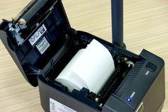 Drukuje paragony z prędkością 52 mm/s i oferuje 2 szerokości rolki papieru - 57 lub 80 mm. Uwaga, trudna nazwa: Exorigo-Upos FP-TA10 FVA.