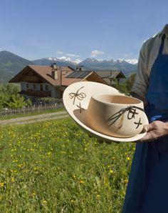Philipp Sagmeister vom Oberplattnerhof in Brixen ist nicht nur Bauer, sonder auch Drechsler und Tischler. Im Bild: 2 gedrechselte Schüsseln - Roter Hahn, Südtirol