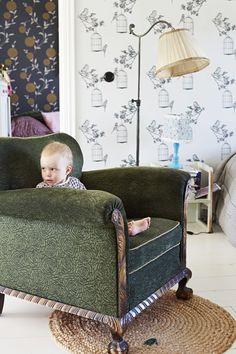 """Kodissa näkyy rakkaus vanhoihin huonekaluihin. Niinan unelmia -blogistin tunnelmallinen puutalokoti: """"Talolla pitää olla historiaa, ja tällä on"""" Vauva & Meidän Perhe"""