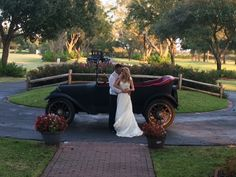 Beautiful photo ops on the grounds of House Plantation #weddingpictures #bridalcouple #Houstonwedding #Hockleyvenue #lakesidewedding