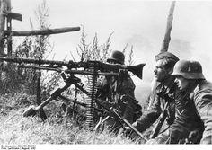 Die Wehrmacht - The Bundesarchiv Collection. Rußland August 1942 Foto: Lachmann Drei Soldaten mit Maschinengewehr (MG 34) auf Lafette.