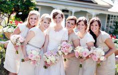 Quelle lumière se dégage de cette photo de mariée et ses demoiselles d'honneur !