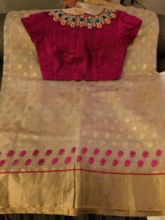 Gorgeous saree blouse with jewels embellished into it. Love the gold and pink saree too! Blouse Designs Silk, Saree Blouse Patterns, Skirt Patterns, Coat Patterns, Sewing Patterns, Jute, Sari Bluse, Blouse Models, Chiffon