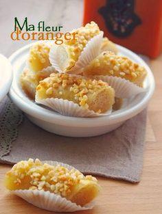 Ces petits gâteaux sont composés d'une pâte d'amande enroulée dans une couche fine de feuilles de brick ou pâte filou. Croustillants de l'extérieur fondants à l'intérieur avec un mélange de parfum de fleur d'oranger, cannelle et miel...Un petit délice...