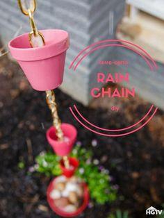 DIY Terra-Cotta-Regenkette Source by hgtv Garden Yard Ideas, Diy Garden, Garden Crafts, Lawn And Garden, Garden Projects, Garden Basket, Rain Chain Diy, Rain Chains, Garden Whimsy