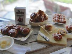 Dollhouse miniature hot cross buns by Kimsminibakery on Etsy