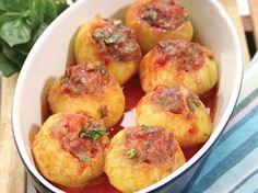 Patateslerin ortasını oyun ve 15 dakika kaynar suda haşlayın. Patateslerin fırın kabına yerleşmesi için altını düzeltin. Kıyma, rende soğan, doğranmış...