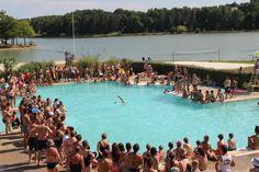 Natation synchronisée à la piscine