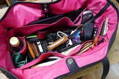 実際に荷物を入れてみた。11インチのMacBook Air、ミラーレスカメラ、スマートフォン、モバイルバッテリーやケーブル、ノート、筆記用具、化粧ポーチ、傘、エコバッグ、長財布、名刺入れ、ティッシュケース、虫除け、500mlのペットボトルなど、とにかく入る