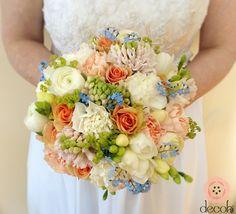 Wiosenna wiązanka ślubna w kolorach bieli i zieleni. Niebieskie niezapominajki i herbaciane róże z frezjami i alchemillą.