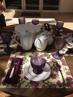 Hoje vamos postar a outra mesa que montamos no evento.   Para essa mesa de café usamos o jogo americano florido em tons de roxo, os pratos ...