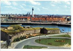 """Calais : Le """"Fort Risban"""", la """"matelote"""" ( maisons au bord du bassin, tuiles rouges), au fond le Phare et le Port maritime."""