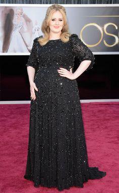Luego de haber probado el color en la pasada entrega del Grammy, Adele volvió al negro con este elegante vestido de paillettes, de Jenny Packham.