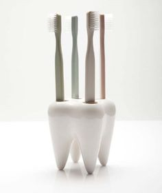 Toothy reminds you to keep your toothbrush upright, and keeps it dry by draining out the water through a tiny hole at the bottom. Material : Ceramic Size :6.5 X 6.5 X 9.1 cms