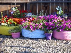Flower Planters in Unexpected Containers colourful tire planters: Fabulous garden container ideascolourful tire planters: Fabulous garden container ideas Recycled Planters, Tire Planters, Indoor Planters, Flower Planters, Flower Pots, Planter Pots, Planter Ideas, Tire Garden, Garden Soil
