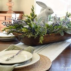 DIY Easter Decorations ideas that are happy & hopeful DIY Easter Decorations ideas are amazing. Get best Easter decor ideas & easy Easter decorating tips here, including Easter decorations for home & Easter DIY Ostern Party, Diy Ostern, Oster Dekor, Diy Osterschmuck, Decoration Chic, Festa Toy Story, Diy Easter Decorations, Easter Centerpiece, Dining Room Centerpiece
