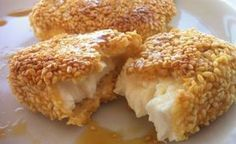 A delicious fried feta with honey and sesame seeds recipe! This mouthwatering veggie, cheesy dish will amaze you! Imagine chunks of juicy, salty fried feta covered with crispy, golden-brown sesame seeds and drizzled in a sweet honey sauce! Tapas, Sesame Seeds Recipes, Honey Recipes, Feta Cheese Recipes, Veggie Greek Recipes, Good Food, Yummy Food, Greek Cooking, Greek Dishes