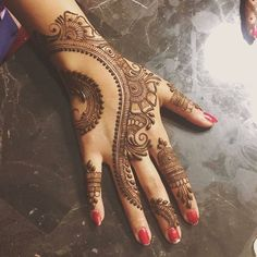 Check out the 60 simple and easy mehndi designs which will work for all occasions. These latest mehandi designs include the simple mehandi design as well as jewellery mehndi design. Getting an easy mehendi design works nicely for beginners. New Mehndi Designs 2018, Simple Arabic Mehndi Designs, Modern Mehndi Designs, Mehndi Design Pictures, Bridal Henna Designs, Mehndi Simple, Mehndi Designs For Fingers, Beautiful Mehndi Design, Simple Mehndi Designs