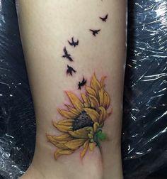 Sunflower Foot Tattoos, Sunflower Mandala Tattoo, Sunflower Tattoo Shoulder, Sunflower Tattoo Design, Atrapasueños Tattoo, Knee Tattoo, Mom Tattoos, Body Art Tattoos, Lily Flower Tattoos
