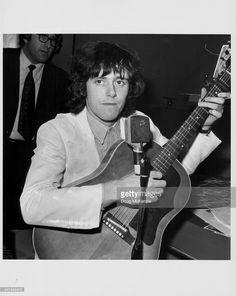 Donovan tocando guitarra