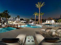 Vista general nocturna de la piscina principal y el hotel Winter Sun Holidays, Outdoor Furniture Sets, Outdoor Decor, Canary Islands, Places To Visit, Mansions, Architecture, House Styles, Travel