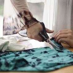 The hand dyed fabrics compose the fragments of our essence. Telas teñidas a mano componen los fragmentos de nuestra esencia. #wearableart