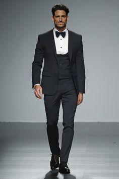 traje-de-novio-en-impoluto-negro-combinado-con-camisa-blanca-93016.jpg (600×900)