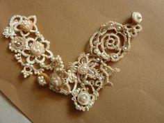 Bracelet romantique en frivolité avec les buttons anciens en creme - fleurs en frivolité a navette sur demande!