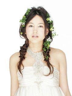 [結婚式・披露宴・ウェディング・ヘアスタイル]グリーンをプラスしてフレッシュなダウンスタイルを/フロント